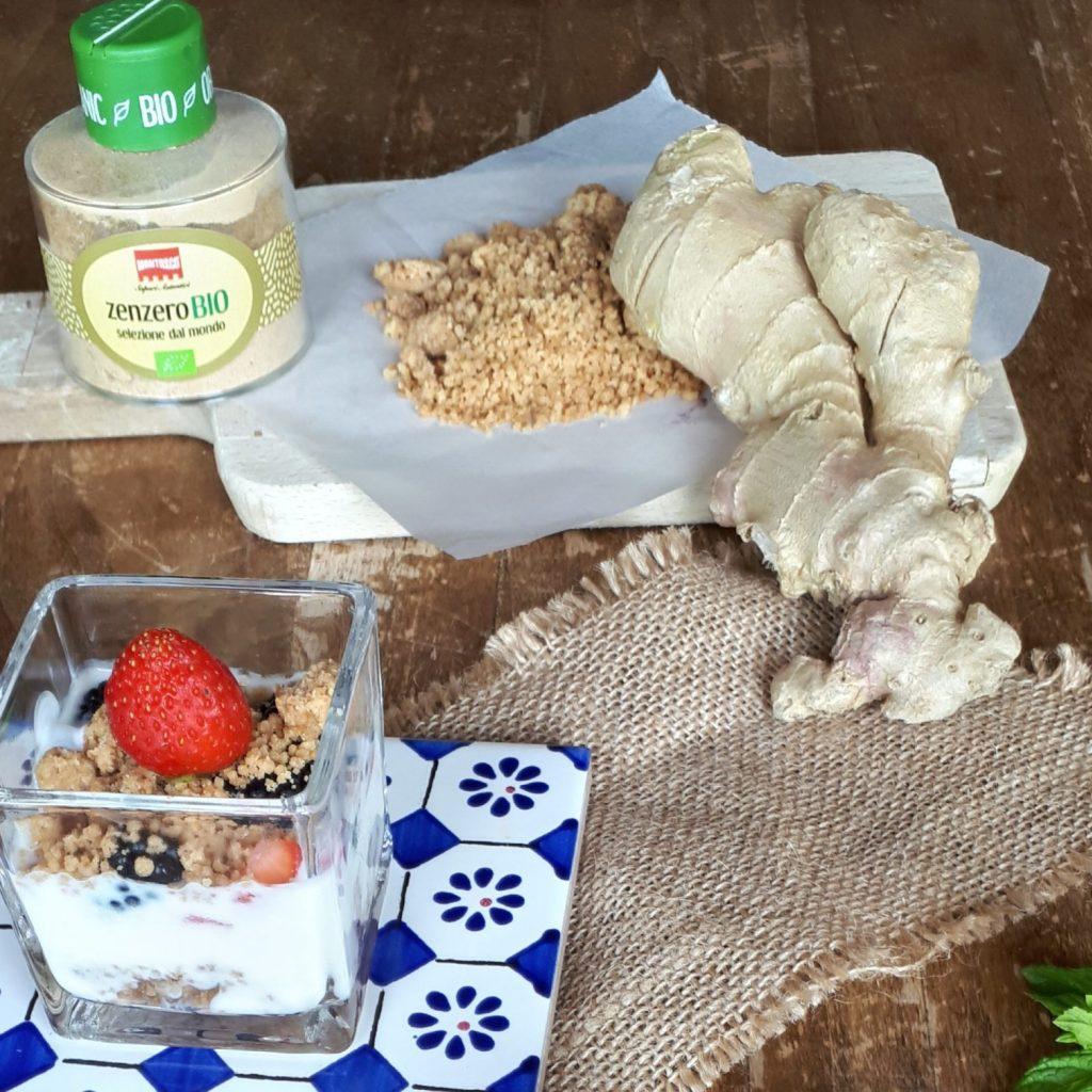 Crumble allo Zenzero: 140 gr Farina 00 75 gr burro 6 gr Zenzero Bio Montosco 60 gr Zucchero di Canna Per prima cosa fare a cubetti il Burro e metterlo ad ammorbidirsi e ad insaporirsi con i 6 gr di Zenzero Bio Montosco. In una ciotola mescolare Farina e Zucchero di Canna, aggiungere il burro ammorbidito e lavorarlo velocemente con le mani fino a che l'impasto non diventa grumoso e poco raffinato. Il Crumble deve risultare irregolare con grumi di grandezza diversa. Rivestire una leccarda di carta da forno e disporvi il Crumble, infornare per 25 minuti a 170 gradi. Il Crumble sarà pronto quando risulterà dorato e croccante. Preparare un bicchierino con yogurt magro o greco, frutta fresca a pezzetti e crumble allo Zenzero Montosco Bio.
